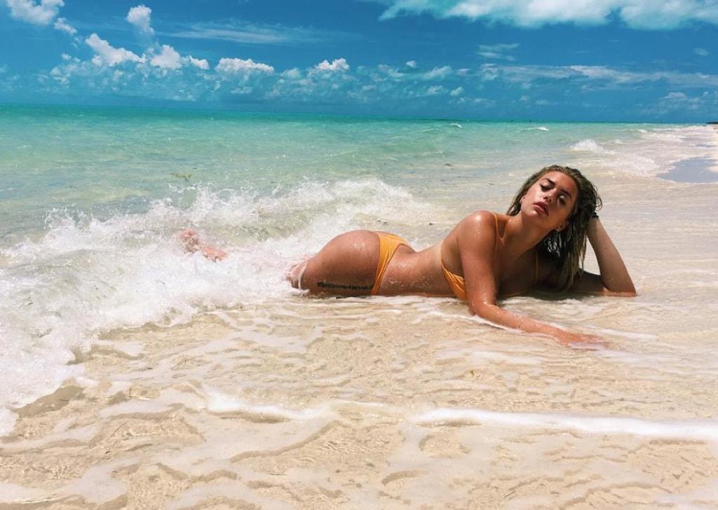 Mulheres de biquínis e belas ondas