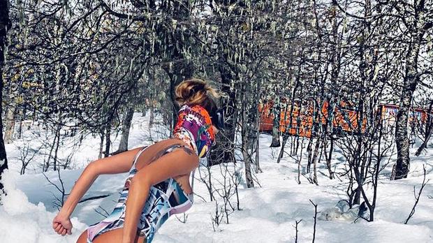 Luize Altenhofen esquiando de body