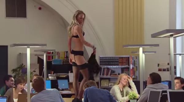 Modelo faz strip-tease em biblioteca para testar foco dos estudantes
